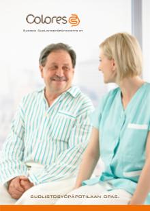 Kuva suolistosyöpäpotilaan oppaan kannesta, jossa miespotilas ja naishoitaja istuvat vierekkäin.