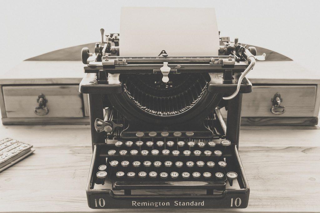 Vanhanaikainen musta kirjoituskone pöydällä