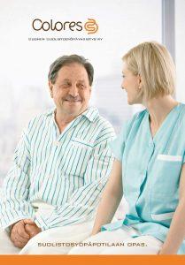Miespotilas ja naishoitaja istuvat vierekkäin ja hymyilevät toisilleen. Kuvan ylälaidassa lukee Colores Suomen suolistosyöpäyhdistys ja alalaisassa suolistosyöpäpotilaan opas.
