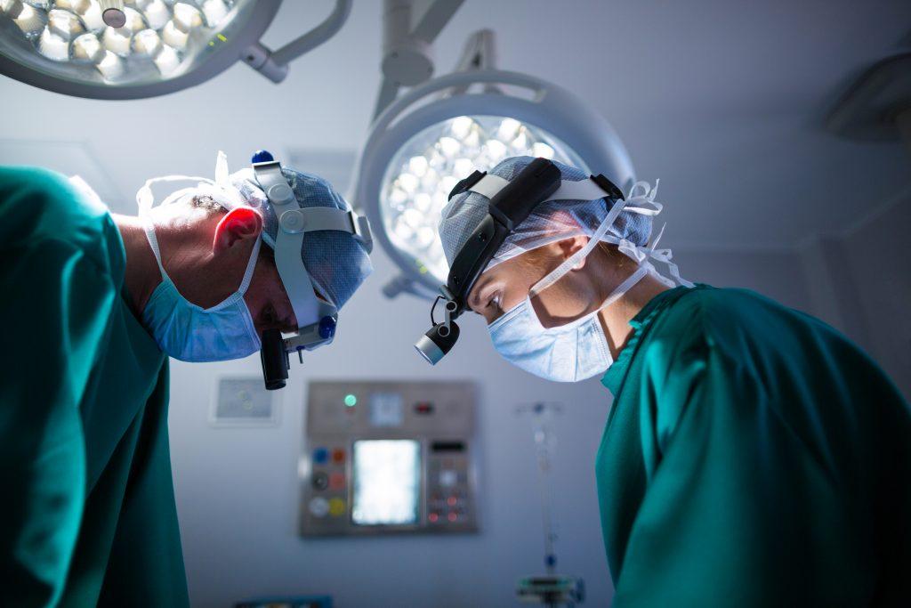 Kaksi kirurgia leikkaussalissa