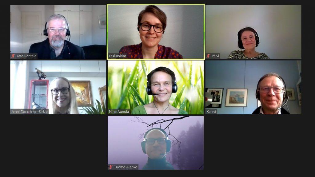 Kuvakaappaus Zoom-kokouksesta, jossa 7 eri osallistujaa hymyilee kameraa kohti.